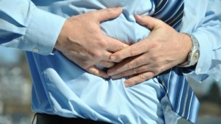 急性胆嚢炎の症状とは?原因不明の腹痛から診断に至るまでの体験談