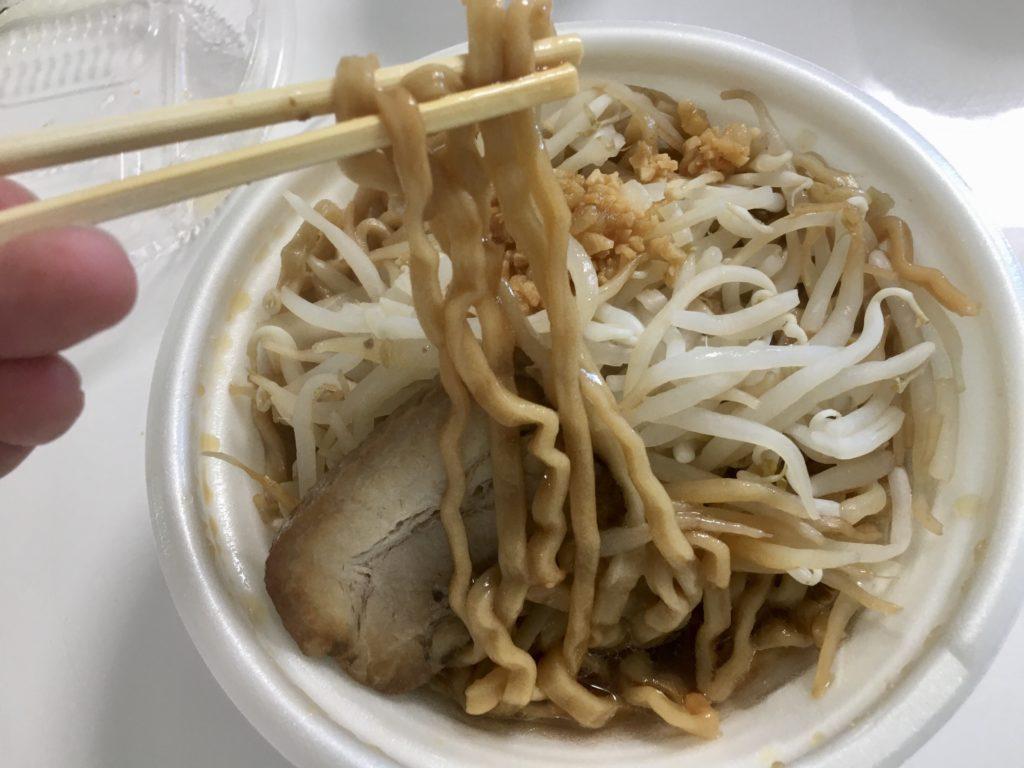 豚ラーメンワシワシ麺野菜マシ豚マシアブラニンニク玉マシの麺