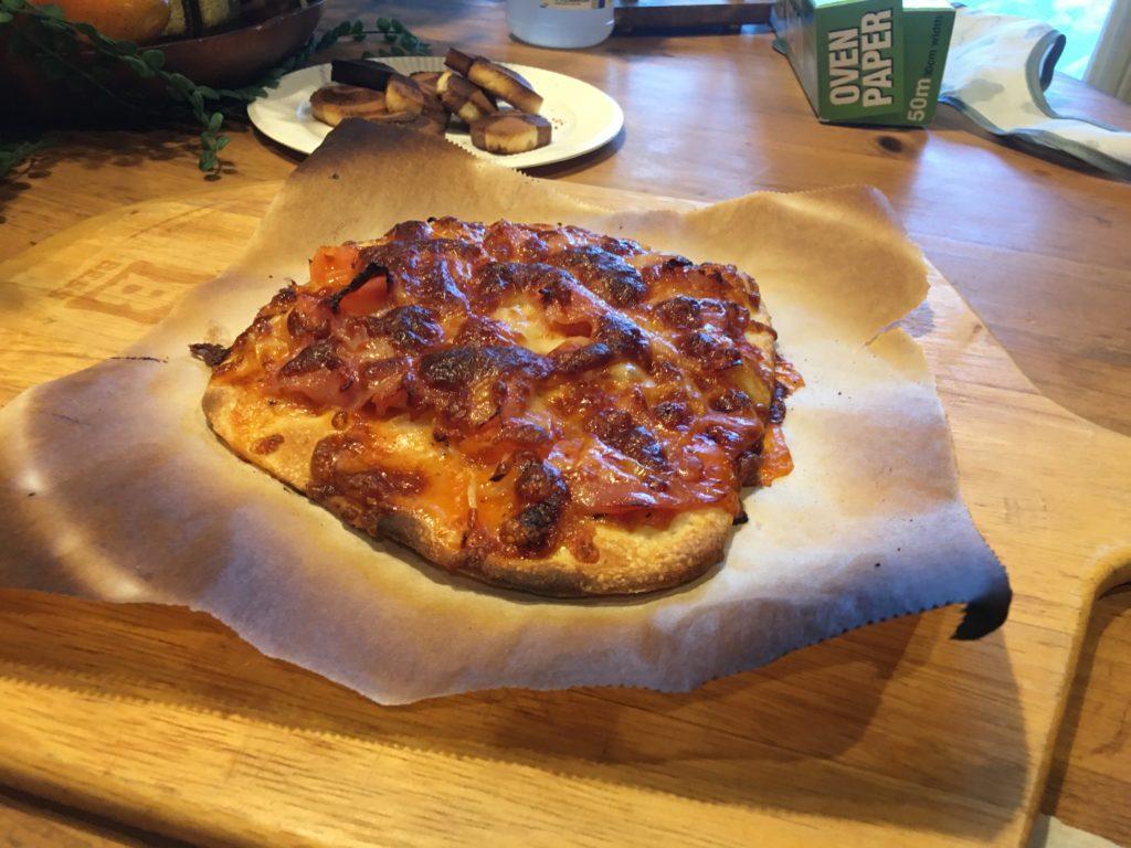 薪ストーブで焼いたピザ