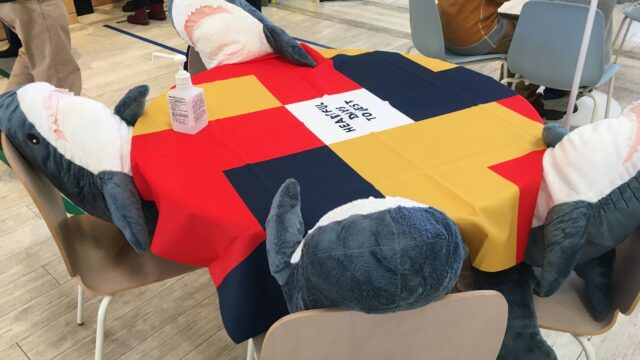 当別道の駅のソーシャルディスタンス対応のサメ