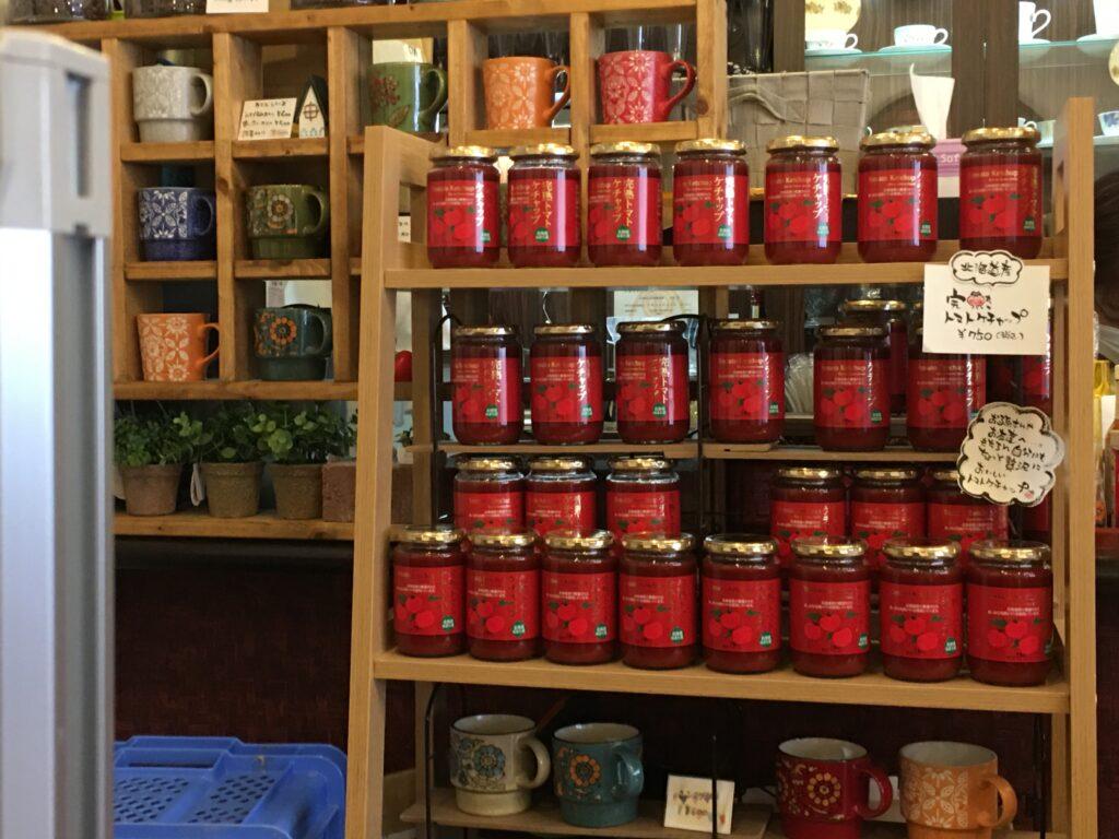 当別喫茶ここで販売されているトマトケチャップとマグカップ
