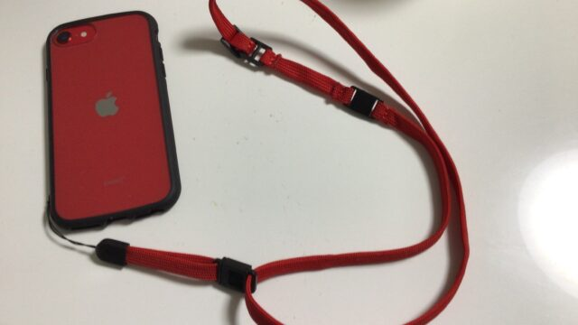 iPhoneSE2レッドとネックストラップ